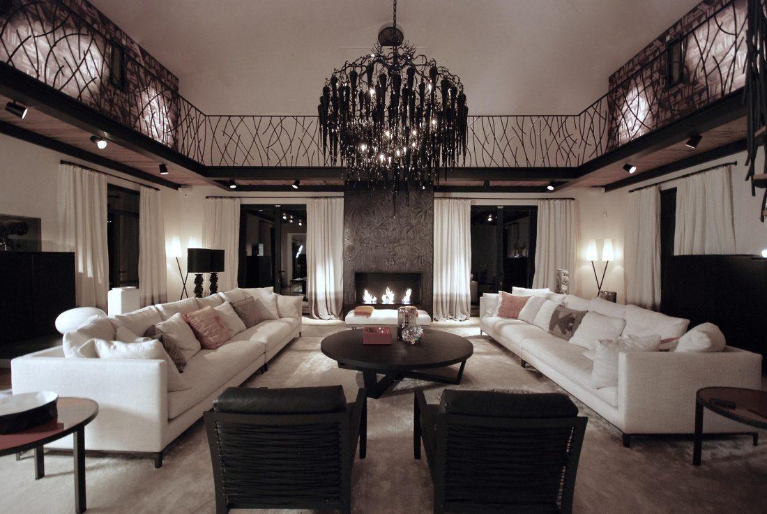 Saint Tropez vardagsrum, Minotti möbler, B&B Italia möbler, Brand Van Egmond chandelier, lampor