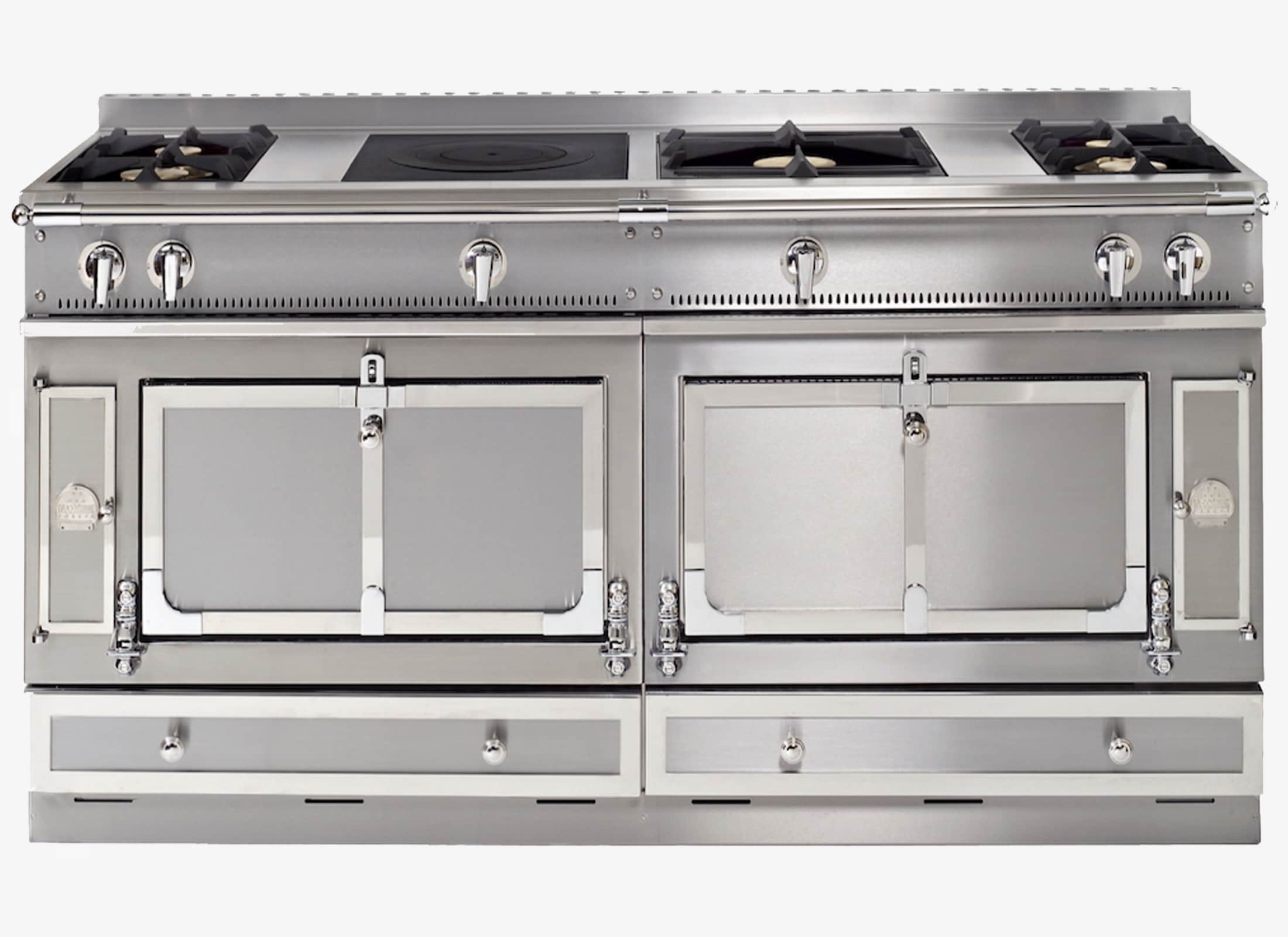 The Château 165 kitchen range brings together two vaulted ovens of different sizes, to allow you to make the most delicate meals. The stainless-steel hob offers many configuration possibilities to best match your cooking habits.